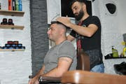 Giuseppe Ciaramello (left) is cut in the hairdresser Express in Stans or Hicami Redal hair. Image: Matthias Piazza (Stans, November 23, 2018)