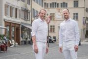 OK-Präsident Raphael Meier (rechts) und Vize-Präsident Patrik Bräuchi sind bereit für das «White Dinner». (Bild: Boris Bürgisser, Sursee, 14.Juni 2019)