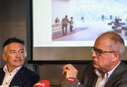 Verwaltungsratspräsident Hans Wicki (links) bei der Präsentation des Turmprojekts auf dem Berg mit Architekt Pierre de Meuron. (Bild: Nadia Schärli, Engelberg, 5. November 2018)