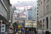 Am Donnerstagmittag am Bahnhofplatz: unten in der Gutenbergstrasse kalt und nass, darüber auf der Bernegg kalt und weiss. (Bild: Reto Voneschen - 4. April 2019)