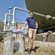 Ivo Zillig, Leiter Technik bei den TBW, vor dem Kugelspeicher in Weinfelden. (Bild: Mario Testa)
