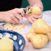 Kartoffeln schälen heisst rund um Luzern und die Rigi im Dialekt «schelle», im Entlebuch «uusmache» und im übrigen Gebiet des Kantons Luzern «schinte». (Symbolbild: Jakob Ineichen)