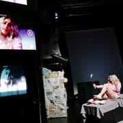 Multi-Media-Projektionen verändern immer wieder das Bühnenbild. (Bild: Donato Caspari)