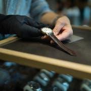 Der Mitarbeiter eines Luzerner Uhrengeschäfts wird verdächtigt, zahlreiche Luxusuhren gestohlen zu haben. (Symbolbild: Gaetan Bally/Keystone)