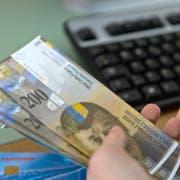 ZUR PRAESENTATION DER NEUEN 200-FRANKEN-NOTE AM 15. AUGUST 2018 STELLEN WIR IHNEN FOLGENDES BILDMATERIAL ZUR VERFUEGUNG - Clients are withdrawing cash at the counter of the branch bank of Raiffeisen in Appenzell, Switzerland. Pictured on May 4, 2012. (KEYSTONE/Martin Ruetschi) [STAGED PICTURE/SYMBOLIC IMAGE]Kunden beziehen am Schalter in der Bankfiliale der Raiffeisen in Appenzell Bargeld, aufgenommen am 4. Mai 2012. (KEYSTONE/Martin Ruetschi) [GESTELLTE AUFNAHME/SYMBOLBILD]