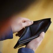 Kann eine Person ihre Schulden nicht begleichen, kommt es zum Pfändungsvollzug – in über 90 Prozent der Fälle zur Lohnpfändung. (Bild: Thomas Trutschel/photothek.net)