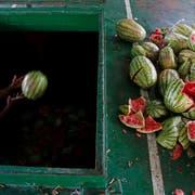 Ungewohnt: Ein Arbeiter in Dhaka, der Hauptstadt Bangladeschs, löscht eine Ladung Wassermelonen. (Bild: Keystone)