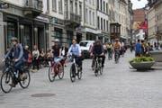 Die Klimademo per Velo am Freitagnachmittag unterwegs in der St.Galler Marktgasse. (Bilder: Emma Wolf - 21. Juni 2019)