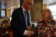 Die 100-jährige Margarete Bruggmann nimmt die Glückwünsche von Stadtpräsident Thomas Scheitlin entgegen. (Bild: Aliena Trefny)