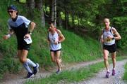 Spitzentrio beim letzten schweren Anstieg vor dem Halbmarathon-Plus-Ziel: Ralf Birchmeier aus Buchs (Sieger Halbmarathon Plus), Shaban Mustafa aus Bulgarien (Sieger Marathon) und Arnold Aemisegger aus Triesenberg (Platz drei Marathon). (Bilder: Robert Kucera)