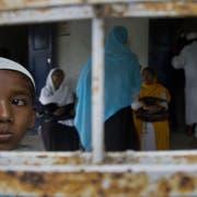 Indische Muslime im Dorf Buraburi warten auf die finale Bürgerliste. Stehen sie nicht drauf, droht ihnen Ausschaffung oder gar Gefängnis. (Bild: AP/Assam, 31.8.2019)