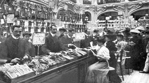 Das Galeries Lafayette in Paris, hier auf einer Postkarte um das Jahr 1900 zu sehen, war eines der ersten Warenhäuser der Welt. (Bild: Getty Images)
