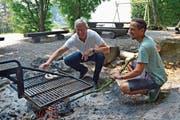 Bergs Gemeindepräsident Max Soller legt die Würste auf den Grill, TZ-Redaktor Mario Testa «büschelet» die Glut. (Bild: Sabrina Bächi)