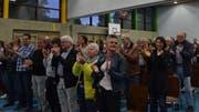 Von den rund 170 Stimmberechtigten in der Feldbachhalle gibt es stehende Ovationen. (Bild: Margrith Pfister-Kübler)