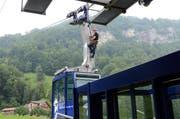 Markus Murer auf dem Dach einer Kabine der Luftseilbahn Dallenwil-Niederrickenbach. (Bild: Martin Uebelhart, Dallenwil, 9. Juli 2019)