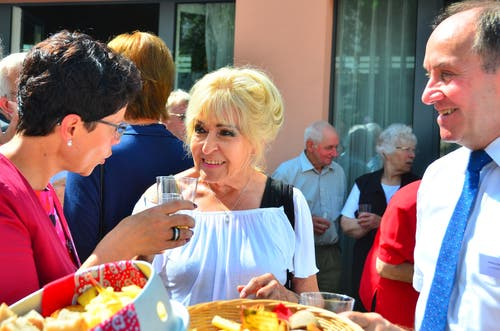 Die Regierungsräte Maya Büchi (inks) und Nikl Bleiker am Apéro im Gespräch mit Edith Bienefeld.