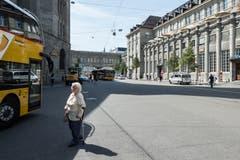 Der Bahnhofplatz ist eine Begegnungszone, über die Fussgängerinnen und Fussgänger grundsätzlich kreuz und quer laufen dürfen. Das erfordert von Bus- und Postauto-Chauffeuren viel Aufmerksamkeit. (Bild: Hanspeter Schiess - 29. August 2018)