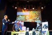 Moderator Marco Fritsche präsentiert die Preise zur neuen HIV-Präventionskampagne in Zürich. (Bild: Keystone/Melanie Duchene)
