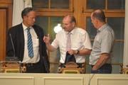 Gemeindepräsident Max Vögeli (Mitte) diskutiert nach der Parlamentssitzung mit den zwei Gemeinderäten Thomas Bornhauser und Hans Eschenmoser. (Bild: Mario Testa)