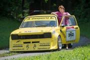 Lisbeth Buser mit Köbi, ihrem Opel Kadett C aus dem Jahr 1976, mit dem sie am Bergrennen Hemberg teilnehmen wird. Bild: Hanspeter Schiess