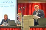 Gemeindeleiter Armin Ruf und Aktuarin Ursula Helg-Hegglin lauschen den Ausführungen von Präsident Markus Meier. (Bild: Mario Testa)