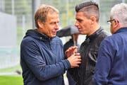 Jürgen Klinsmann (links) besucht das Testspiel zwischen St.Gallen und Heidenheim. (Bild: Manuel Nagel)