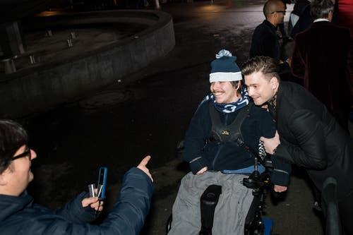 Der Basler Musiker Baschi macht ein Selfie mit einem FCZ-Fan. (Bild: Roger Grütter (Luzern, 16. Februar 2019))