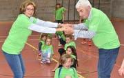 Lynette (links) und Robert Federer zeigen mit den Kindern ihre Freude an der Bewegung. (Bild: Thomas Schwizer)