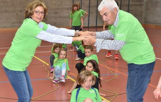 Roger Federers Eltern, Lynette und Robert Federer spielen später auch mit den Kindern auf dem GTSM Spielplatz (Bild: Thomas Schwizer)
