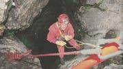 Peter Bochsler, Toggenburger Gesellschaft für Höhlenforschung, war der erste, der sich in die über 50 Meter tiefe Höhle wagte. (Bild: PD)