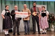 Heinz Müller von der Nussgesellschaft Wartau (3. von links) kann den mit 3000 Franken dotierten Leserpreis entgegennehmen. (Bilder: Rolf Siegenthaler)