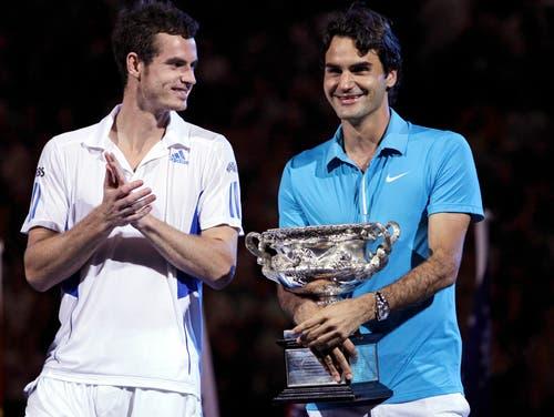 Australian Open 2010: Federer s. Murray 6:3, 6:4, 7:6 (13:11)Federer erreicht seinen achten Grand-Slam-Final in Serie. In Australien lässt er dem sechs Jahre jüngeren Andy Murray nicht den Hauch einer Chance und siegt klar. Bei der Siegerehrung bricht Murray in Tränen aus, sagt später: «Ich kann weinen wie Roger, aber ich kann leider nicht so gut spielen wie er.» Auf dem Weg zum vierten Melbourne-Titel gibt Roger Federer, der im Sommer zuvor erstmals Vater geworden ist, nur zwei Sätze ab.