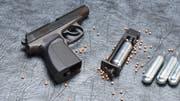 Eine ähnliche CO2-Pistole wie diese benutzte der Beschuldigte. (Bild: Getty)