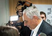 Der ehemalige Chef der UBS-Vermögensverwaltung in Westeuropa, Dieter Kiefer, verlässt nach dem Urteilsspruch das Gerichtsgebäude in Paris. Bild: Ian Langsdon/EPA (20. Februar 2019)