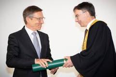 Ex-IHK-Direktor Kurt Weigelt wird zum Ehrensenator ernannt. (Bild: Ralph Ribi)