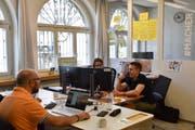 Im Macherzentrum in Lichtensteig wird fleissig gearbeitet. Der Coworking-Space soll einerseits eine Anlaufstelle für Pendler sein, andererseits können sich Menschen ein Netzwerk aufbauen. (Bild: Timon Kobelt)