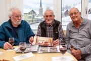 Die Dreikönigssänger der ersten Stunde erinnern sich an die Anfänge vor vierzig Jahren. Von links: Fredy Odermatt, José de Nève und Hugo Odermatt. (Bild: Edi Ettlin (Stans, 5. Januar 2019))