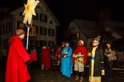 Die Dreikönigssänger überbringen ihre Glückwünsche in der Nägeligasse. (Bild: Edi Ettlin (Stans, 6. Januar 2019))