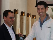 Pascal Bossart (links) freut sich über das Präsent, dass ihm sein Vize, Roman Stüdli, anlässlich des baldigen Abschieds als Kirchenverwaltungsratspräsident überreicht hat. (Bild: Christof Lampart)