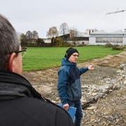 Wasserbau-Ingenieur Kaspar Fröhlich informiert über die Offenlegung des Kwattbachs. (Bild: Roman Scherrer)