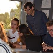 Den Bildschirm stehts im Blick: Die Schüler lösen die Programmieraufgaben selbstständig, nur wenn Fragen auftauchen, hilft Lehrer René Greminger. (Bild: Tobias Bruggmann)