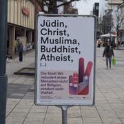 Solche Plakate sind während etwas mehr als einer Woche in der Stadt Wil aufgestellt. Sie sollen Menschen dazu bringen, sich mit ihrer persönlichen Haltung auseinanderzusetzen. (Bild: Gianni Amstutz)
