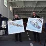 Zeigen die neuen Marken: Gestalter Willi Spirig und Bernhard Kallen von der Post.(Bild: Sheila Eggmann)
