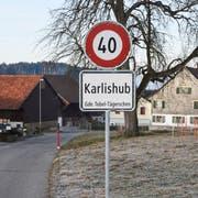 Illegal aufgestellt: die Tempo-40-Tafeln in Karlishub. (Bild: Roman Scherrer)