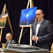 Gemeindepräsident Lucas Keel vor den Fotografien des gebürtigen Uzwilers Stefan Forster. (Bild: Tobias Söldi)