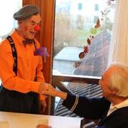 Clown Toni Maroni albert mit einem Tertianum-Bewohner herum. (Bild: PD)