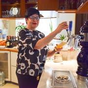 O' zapft is in Wil: Seit 30 Jahren bedient Carmen Oberkofler die Gäste des Restaurants Schiff. Vor allem während der Fastnachtszeit hat sie alle Hände voll zu tun. (Bild: Nicola Ryser)