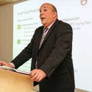 Bettwiesens Gemeindepräsident Patrick Marcolin stellt das Traktandum «Kugelfangsanierung» vor. (Bild: Christof Lampart)