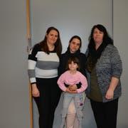 Suzana hat zum Gespräch Teresa (mit Tochter Sonja) und Maria mitgenommen (von links). (Bild: Beat Lanzendorfer)