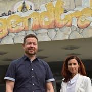 Philipp Langenauer, der Leiter der Sozialen Dienste, und Stadträtin Petra Keel vor dem Eingang des Jugendtreffs in Romanshorn. (Bild: Markus Schoch)
